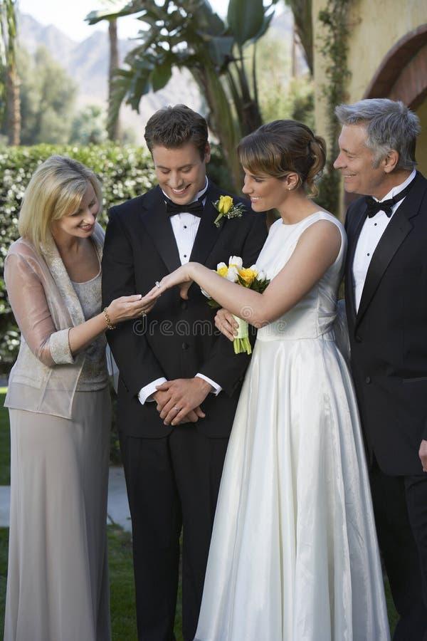 Νύφη που παρουσιάζει γαμήλιο δαχτυλίδι στη μητέρα στοκ φωτογραφίες