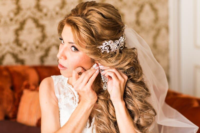 Νύφη που προετοιμάζεται στη γαμήλια τελετή, στοκ φωτογραφίες με δικαίωμα ελεύθερης χρήσης