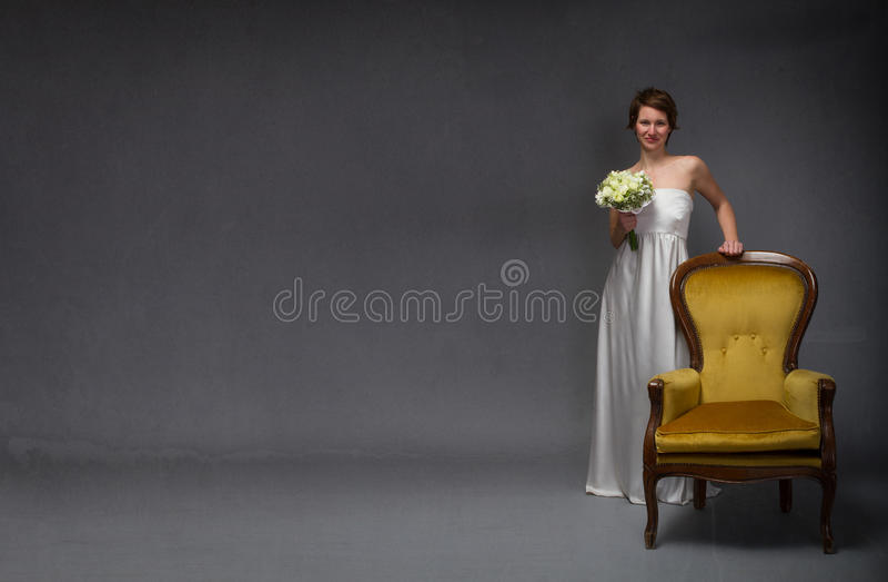 Νύφη που στέκεται και που χαμογελά στοκ εικόνα
