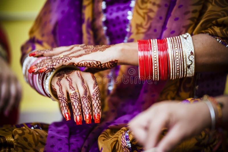 Νύφη που φορά το βραχιόλι βραχιολιών στοκ φωτογραφία