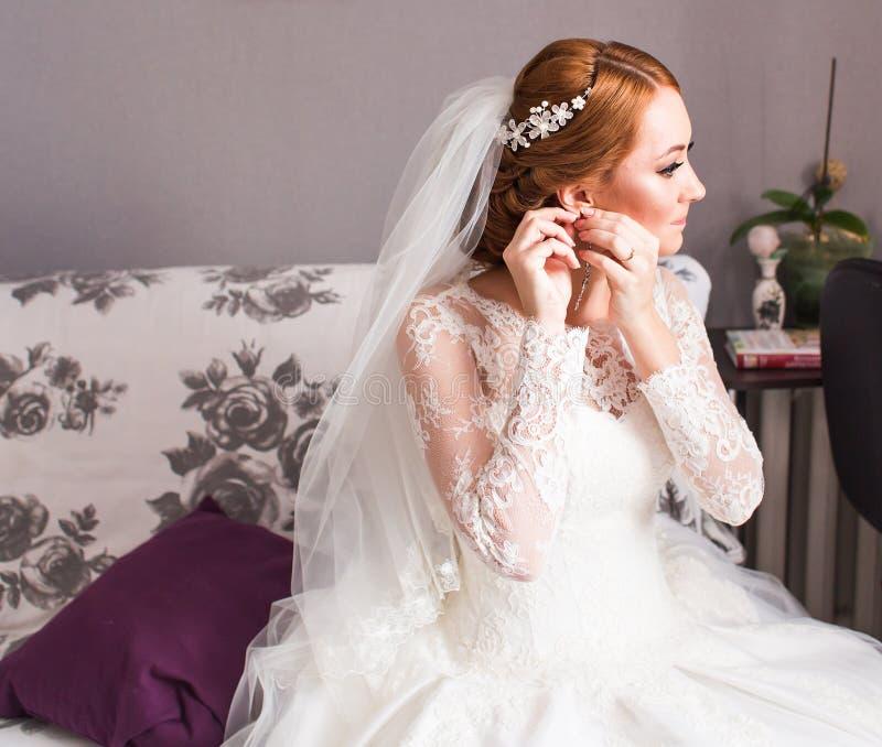Νύφη που φορά το κόσμημα στοκ εικόνες με δικαίωμα ελεύθερης χρήσης