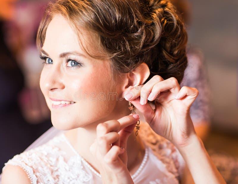 Νύφη που φορά το κόσμημα στοκ φωτογραφία με δικαίωμα ελεύθερης χρήσης
