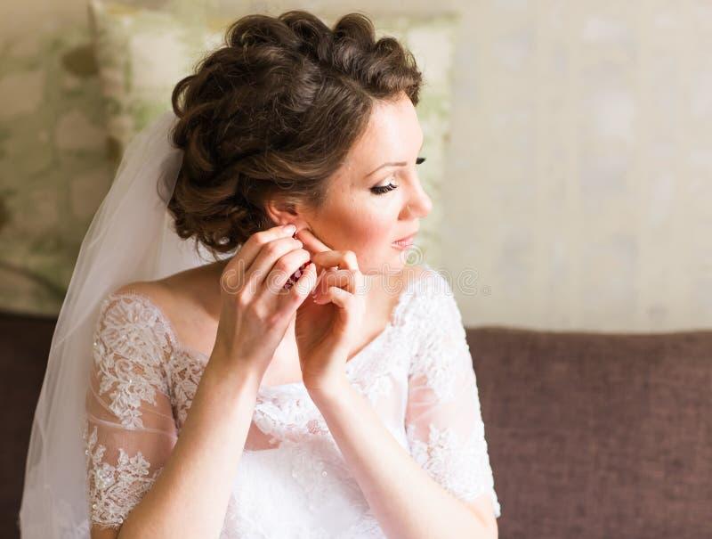 Νύφη που φορά το κόσμημα στοκ φωτογραφίες με δικαίωμα ελεύθερης χρήσης