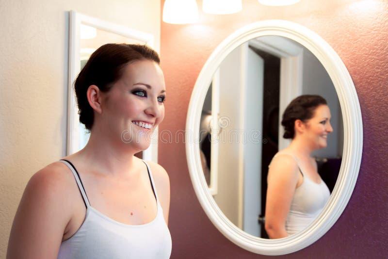 Νύφη πριν από το φόρεμα στοκ εικόνα
