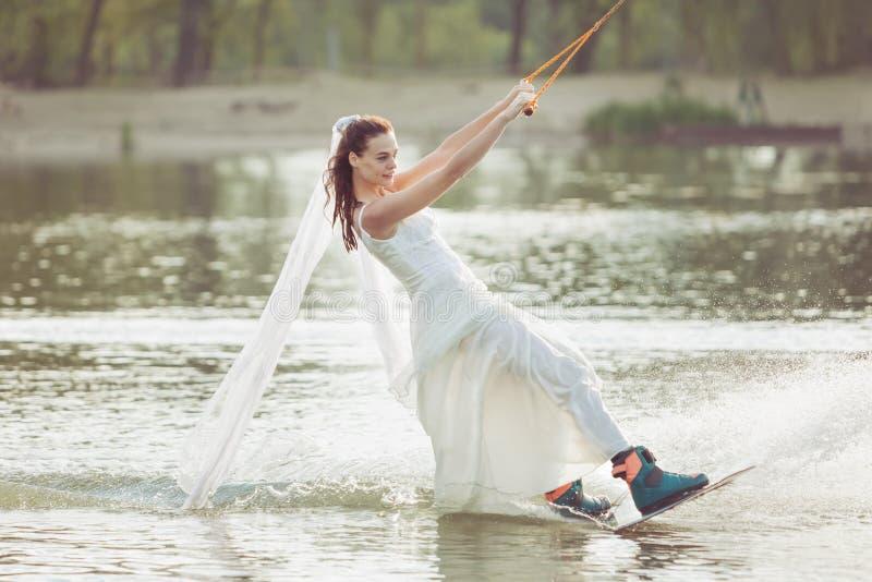 Νύφη σε ένα ακραίο πάρκο στοκ εικόνα με δικαίωμα ελεύθερης χρήσης