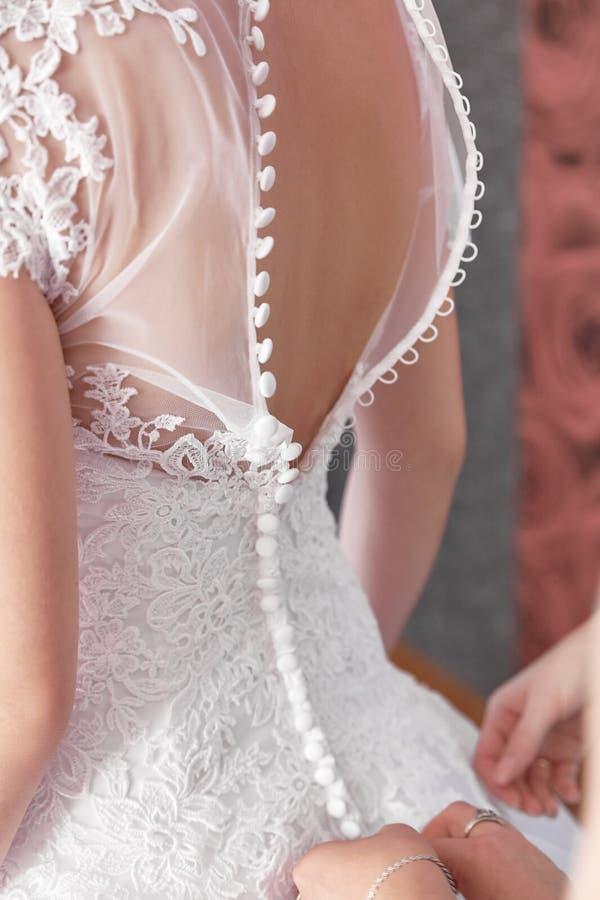 Νύφη σε ένα όμορφο γαμήλιο φόρεμα κορίτσια εξαρτήσεων στοκ φωτογραφία με δικαίωμα ελεύθερης χρήσης