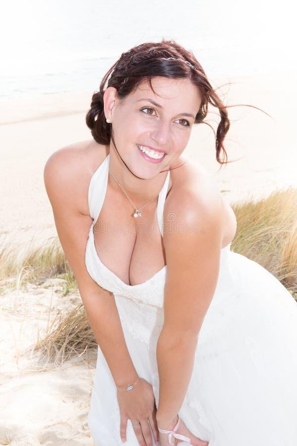 Νύφη σε μια παραλία στους αμμόλοφους άμμου στοκ φωτογραφία