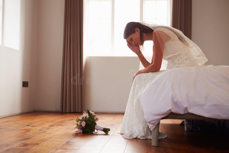 Νύφη στην κρεβατοκάμαρα που έχει τις δεύτερες σκέψεις πριν από το γάμο στοκ εικόνες