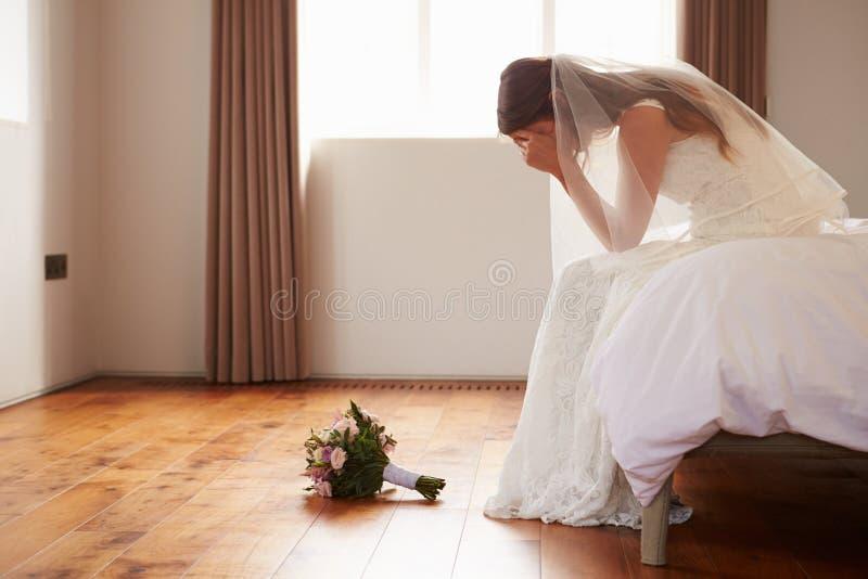 Νύφη στην κρεβατοκάμαρα που έχει τις δεύτερες σκέψεις πριν από το γάμο στοκ εικόνα