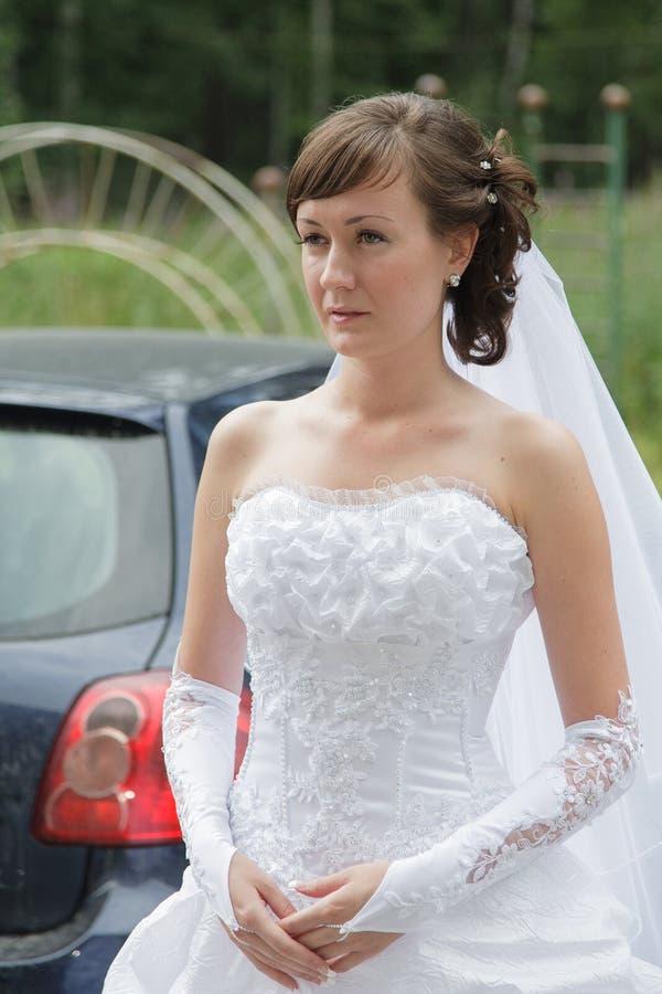 Νύφη στο άσπρο φόρεμα στοκ φωτογραφία