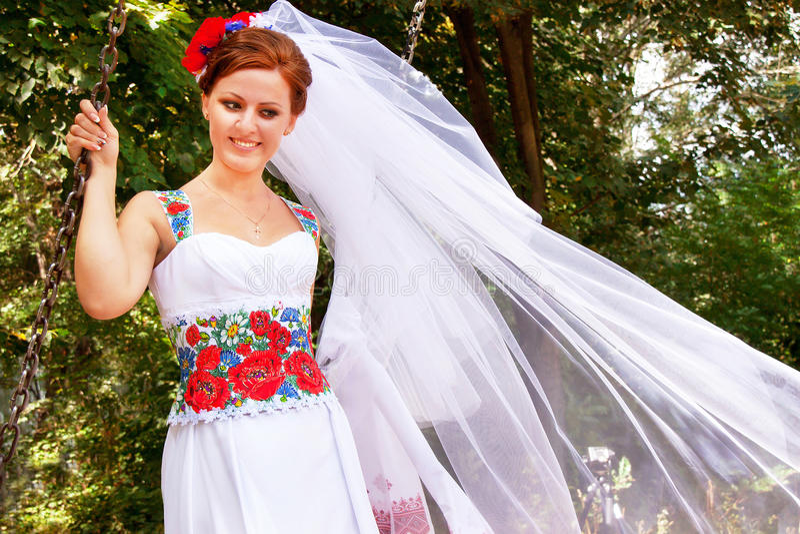 Νύφη στο φόρεμα και το νυφικό πέπλο στο ουκρανικό ύφος στοκ φωτογραφία με δικαίωμα ελεύθερης χρήσης