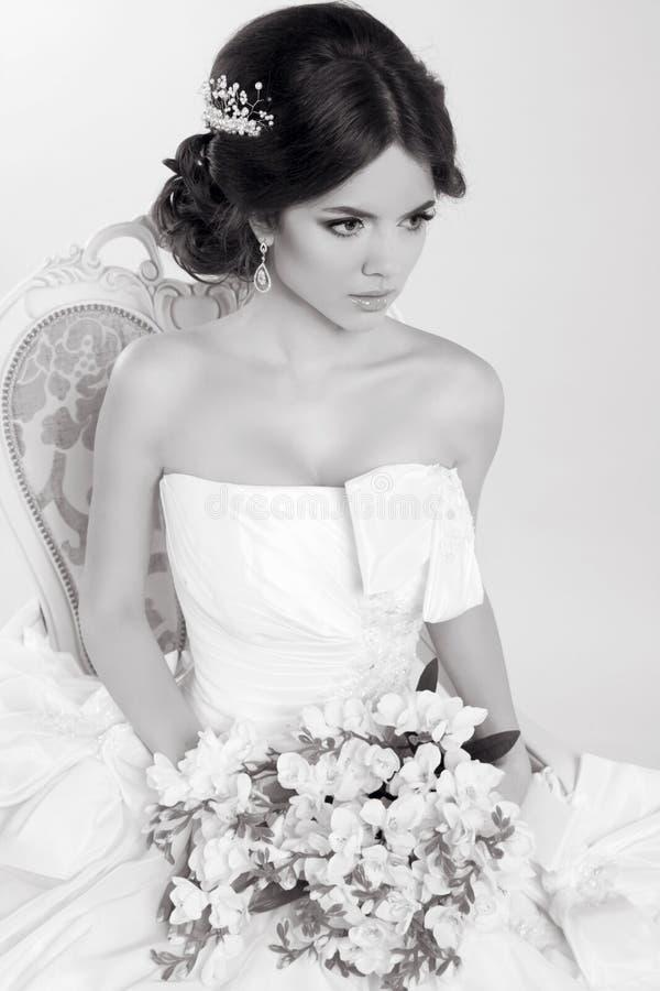 Νύφη Όμορφο κορίτσι που φορά στο σύγχρονο γαμήλιο φόρεμα Μόδα Μ στοκ φωτογραφία με δικαίωμα ελεύθερης χρήσης