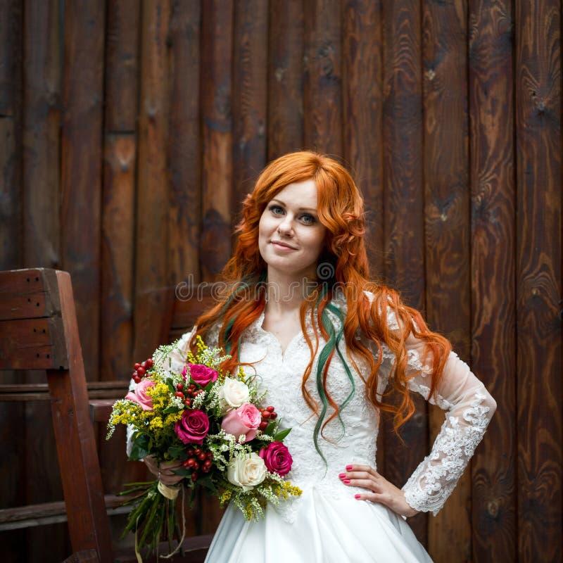 Νύφη Boho με την κόκκινη τοποθέτηση τρίχας στοκ φωτογραφία με δικαίωμα ελεύθερης χρήσης
