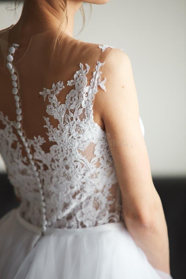 Νύφη ` s όμορφη πίσω στο γαμήλιο φόρεμα στοκ φωτογραφίες με δικαίωμα ελεύθερης χρήσης