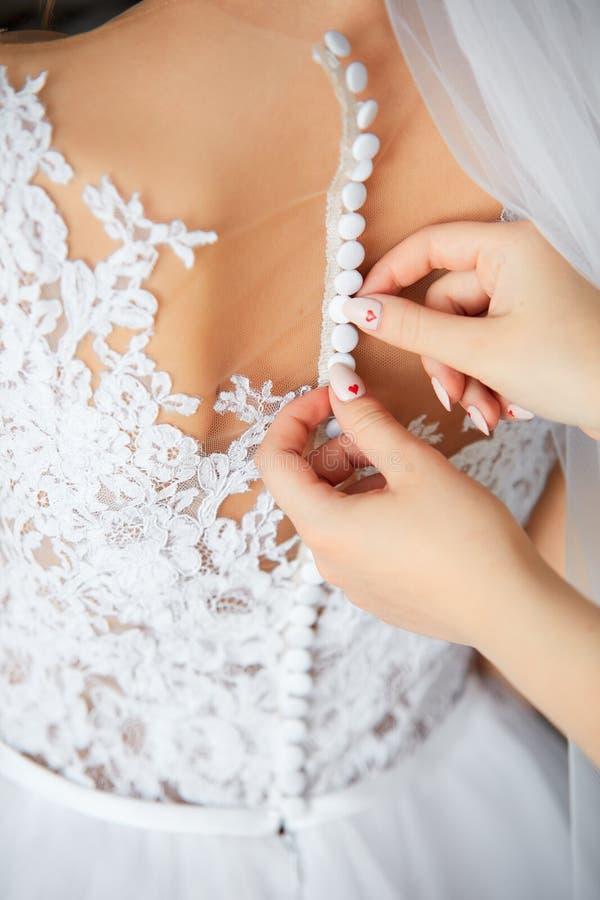 Νύφη ` s όμορφη πίσω στο γαμήλιο φόρεμα στοκ εικόνες με δικαίωμα ελεύθερης χρήσης