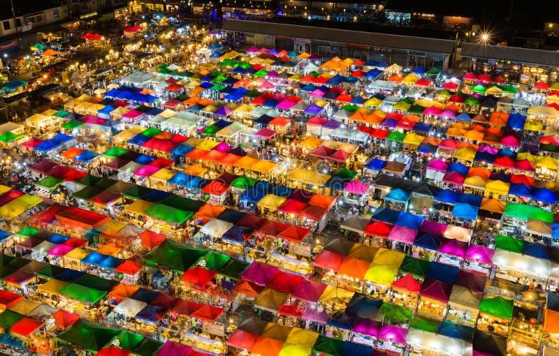 Νύχτας ελαφριά εναέρια άποψης πολλαπλάσια χρωμάτων αγορά Σαββατοκύριακου στεγών τοπ στοκ εικόνες
