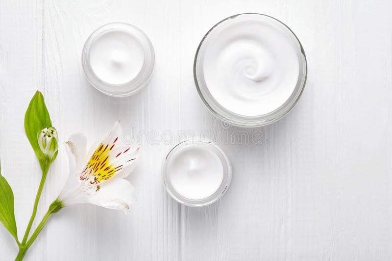 Νύχτας προσοχής καλλυντική θεραπεία χαλάρωσης λοσιόν κλινικών ομορφιάς skincare κρέμας του προσώπου, αντι γηράσκων rejuvenate επα στοκ εικόνα με δικαίωμα ελεύθερης χρήσης