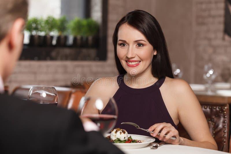 Νύχτα έξω στο εστιατόριο. Ώριμο ζεύγος που έχει το μεσημεριανό γεύμα στο ρ στοκ φωτογραφίες