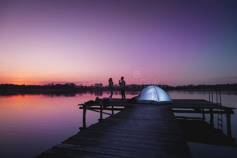 Νύχτα καλοκαιριού που στρατοπεδεύει στη λίμνη στοκ εικόνες