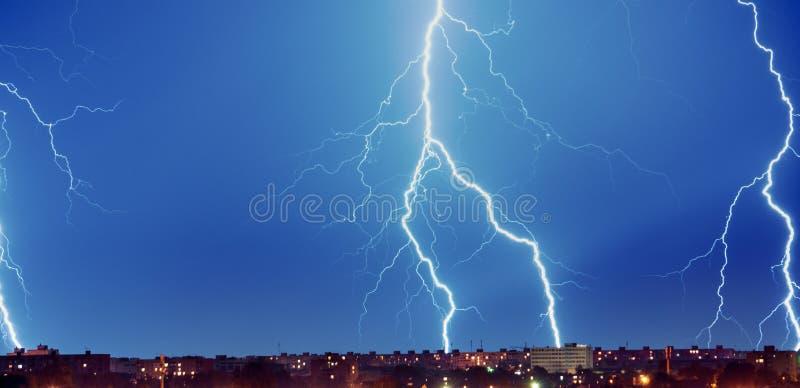 νύχτα Καταιγίδα, λάμψη της αστραπής επάνω από την πόλη στοκ φωτογραφία με δικαίωμα ελεύθερης χρήσης