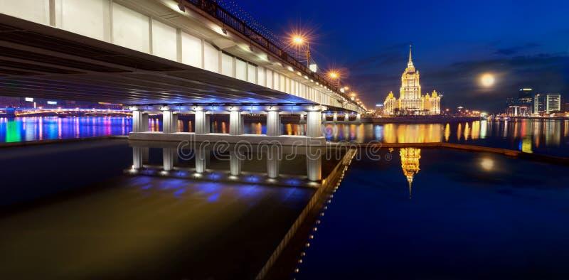 Νύχτα Μόσχα. Ποταμός της Μόσχας. Ξενοδοχείο Ουκρανία. στοκ φωτογραφίες