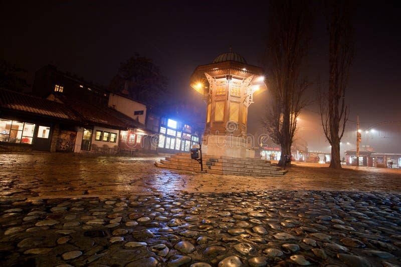Νύχτα πέρα από την πλατεία Bascarsija με την ιστορική ξύλινη πηγή Sebilj στοκ φωτογραφία με δικαίωμα ελεύθερης χρήσης