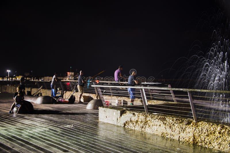 Νύχτα που αλιεύει στο θαλάσσιο περίπατο του Τελ Αβίβ στοκ φωτογραφίες με δικαίωμα ελεύθερης χρήσης
