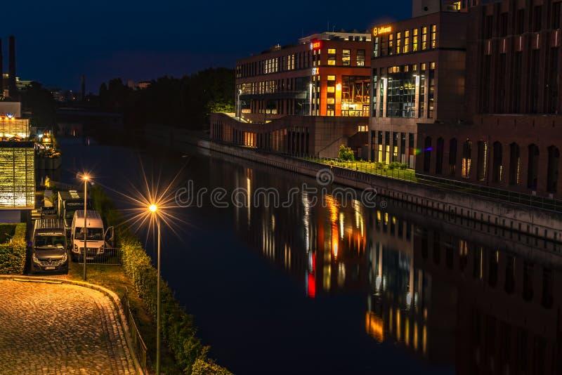 Νύχτα που πυροβολείται ενός λιμανιού στο κανάλι Teltow σε Βερολίνο-Tempelhof με τις παλαιές αποθήκες εμπορευμάτων Υπάρχουν επίσης στοκ εικόνες με δικαίωμα ελεύθερης χρήσης