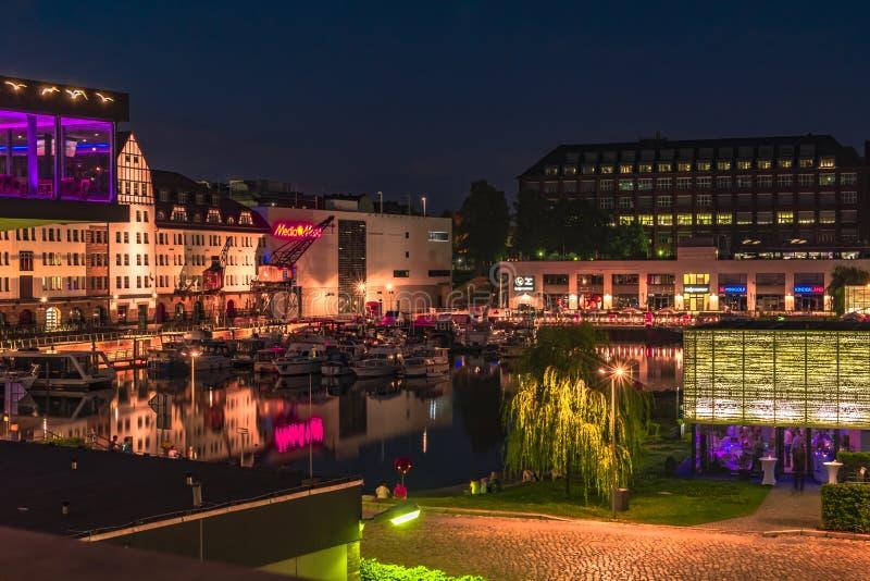 Νύχτα που πυροβολείται ενός λιμανιού στο κανάλι Teltow σε Βερολίνο-Tempelhof με τις βάρκες, τις παλαιούς αποθήκες εμπορευμάτων κα στοκ εικόνα με δικαίωμα ελεύθερης χρήσης