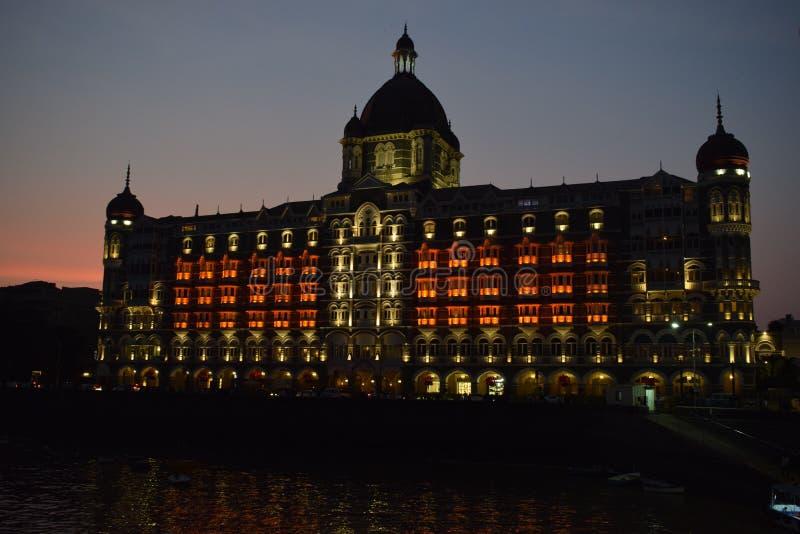 Νύχτα που πυροβολείται πέντε αστέρων ξενοδοχείου πολυτελείας παλατιών taj του mahal & του εικονικού θάλασσα-αντιμετωπίζοντας ορόσ στοκ εικόνες