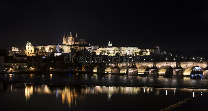 Νύχτα που πυροβολείται του κάστρου της Πράγας, αντανάκλαση νερού στοκ εικόνες με δικαίωμα ελεύθερης χρήσης