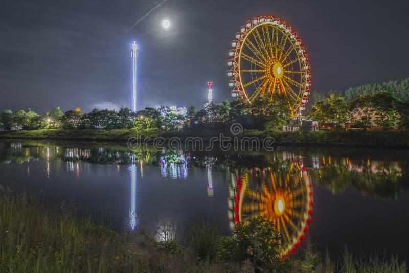 Νύχτα που πυροβολείται του λαϊκού φεστιβάλ με τη ρόδα ferris στοκ φωτογραφίες με δικαίωμα ελεύθερης χρήσης