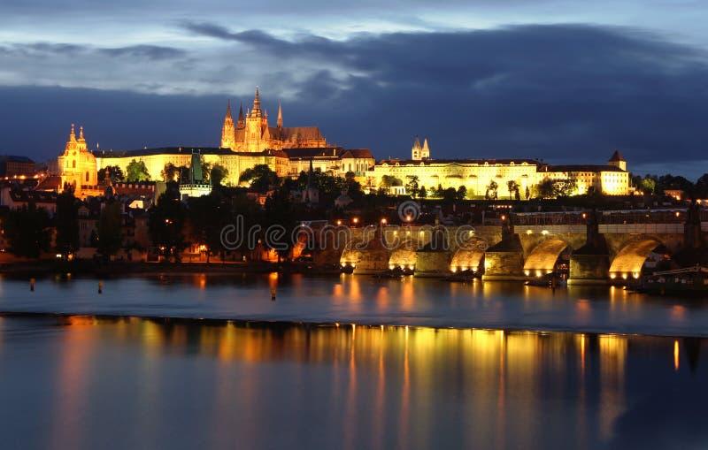 νύχτα Πράγα κάστρων στοκ εικόνες