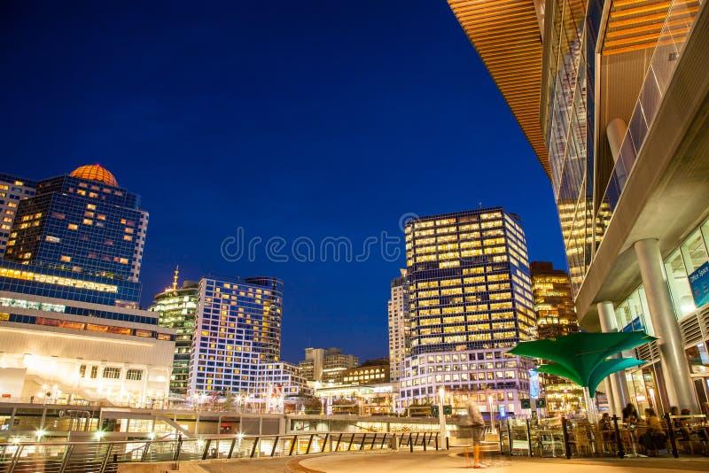 Νύχτα πόλεων, που βλέπει από το κέντρο Συνθηκών του Βανκούβερ στην αυγή στοκ φωτογραφία