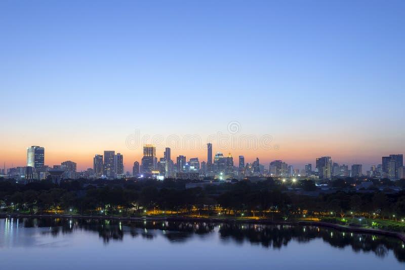 Νύχτα πόλεων της Μπανγκόκ με τη σκηνή λυκόφατος στοκ φωτογραφίες με δικαίωμα ελεύθερης χρήσης