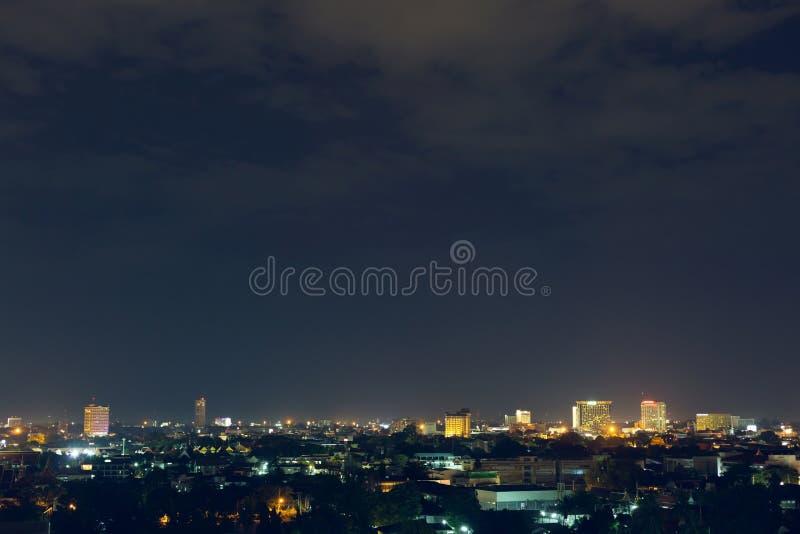 Νύχτα πόλεων τοπίων με το δραματικό ευμετάβλητο σκοτεινό ουρανό στοκ εικόνες