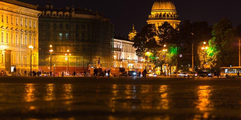 Νύχτα σε Άγιο Πετρούπολη, άποψη από το τετράγωνο παλατιών στοκ εικόνες με δικαίωμα ελεύθερης χρήσης