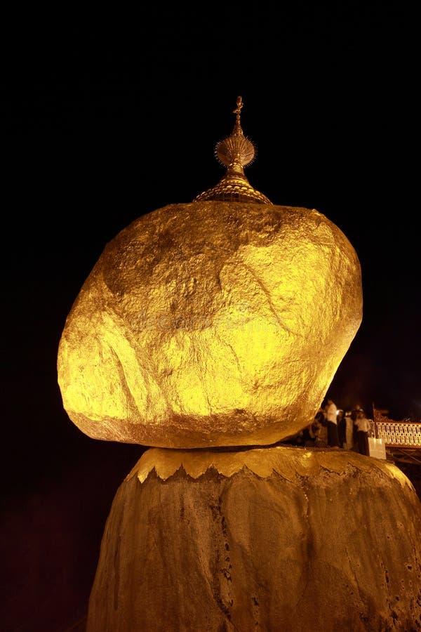 νύχτα στην παγόδα Kyaiktiyo στη Myanmar στοκ εικόνες