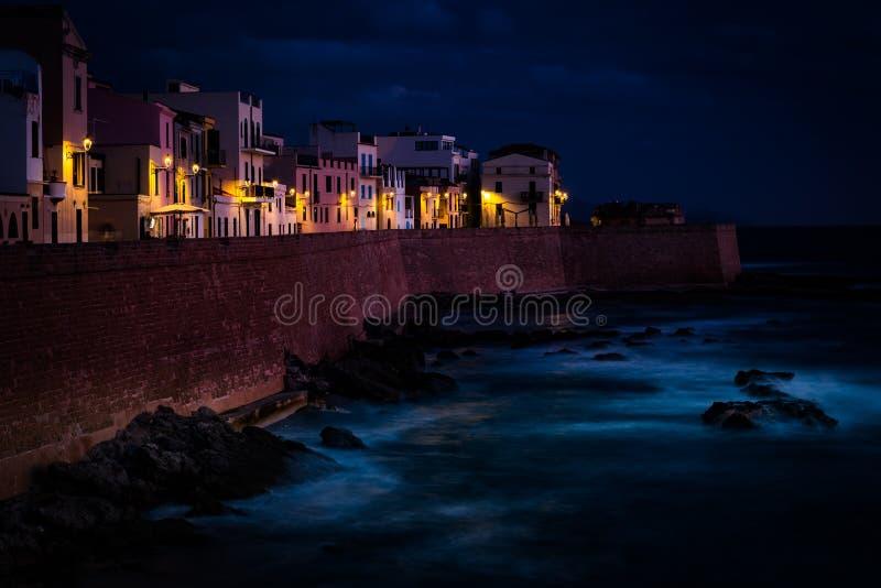 Νύχτα στην παλαιά πόλη Alghero, Σαρδηνία, Ιταλία στοκ εικόνες με δικαίωμα ελεύθερης χρήσης
