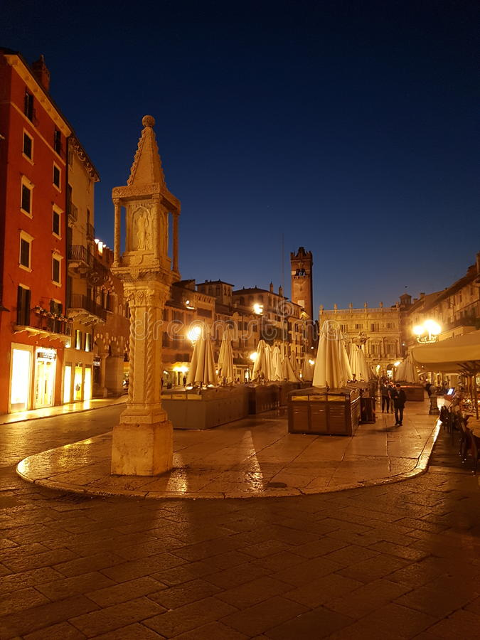 Νύχτα στη Βερόνα στοκ φωτογραφία με δικαίωμα ελεύθερης χρήσης