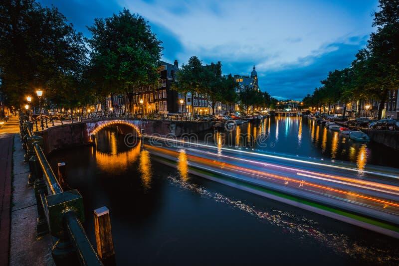 Νύχτα στο Άμστερνταμ  Ολλανδία, Κάτω Χώρες exposure long στοκ εικόνα με δικαίωμα ελεύθερης χρήσης