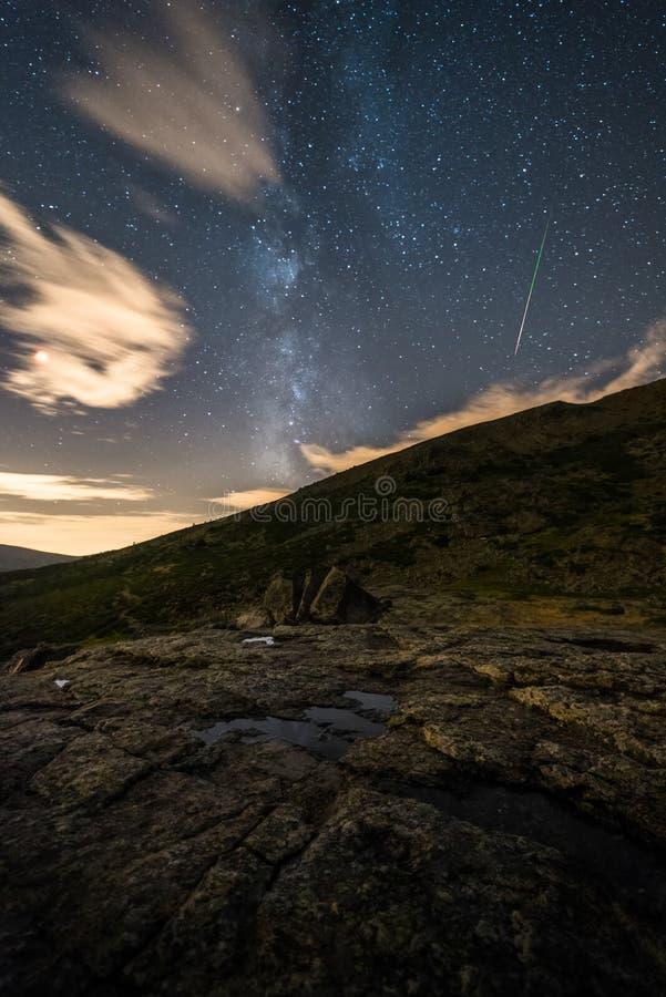 Νύχτα στο βουνό στοκ εικόνα με δικαίωμα ελεύθερης χρήσης