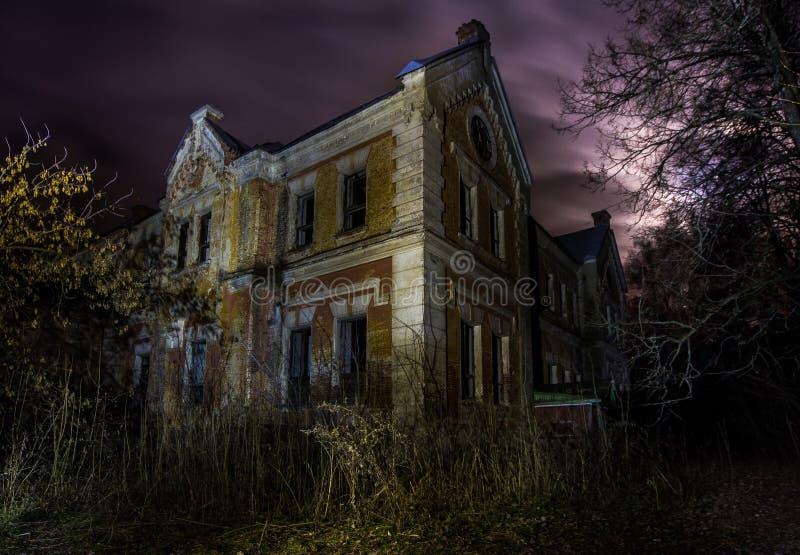 Νύχτα στο εγκαταλειμμένο μέγαρο του βαρώνου Karl von Meck στοκ εικόνες
