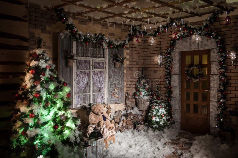 Νύχτα στο διακοσμημένο χειμερινό patio στοκ εικόνες