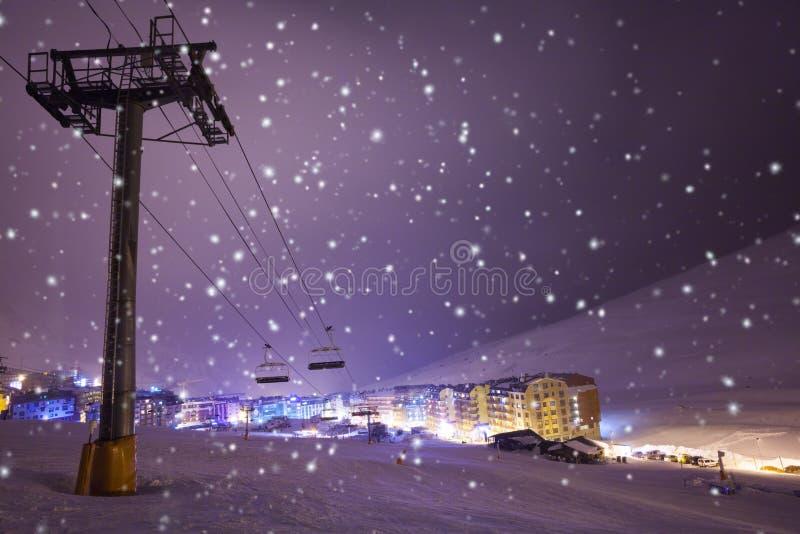 Νύχτα στο χορευτικό βήμα de Λα casa, Ανδόρα χιονοδρομικών κέντρων στοκ φωτογραφία