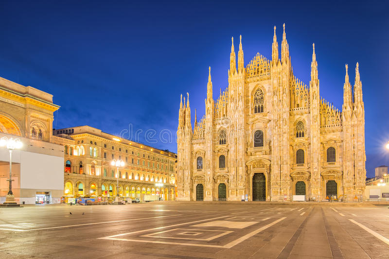 Νύχτα στο Duomo του καθεδρικού ναού του Μιλάνου στην Ιταλία στοκ φωτογραφίες