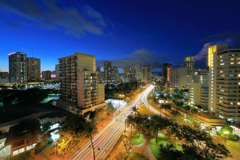 Νύχτα στο wikiki, πόλη της Χονολουλού, Χαβάη στοκ εικόνα