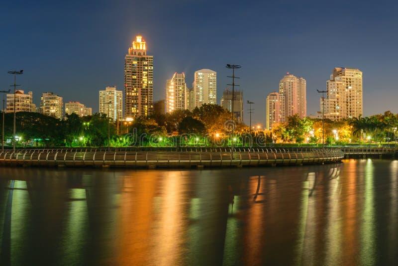 Νύχτα της Μπανγκόκ και πάρκο Benchakitti στοκ εικόνα με δικαίωμα ελεύθερης χρήσης