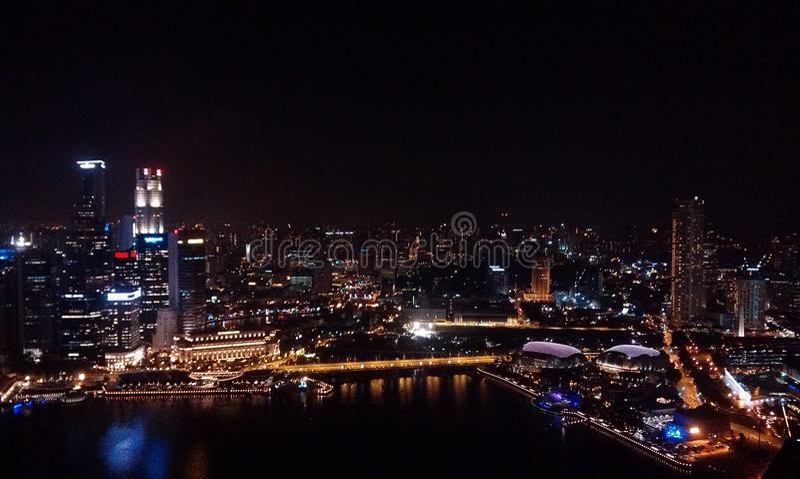 Νύχτα της Σιγκαπούρης bird& x27 s-μάτι άποψη στοκ εικόνες