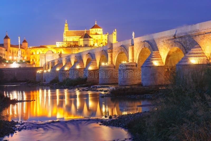 Νύχτα Mezquita και ρωμαϊκή γέφυρα στην Κόρδοβα, Ισπανία στοκ εικόνα